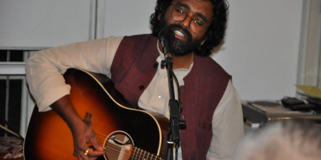 Satyadev får med sin musik de hele til at vibrere. Mandag  19:30 – 21:00